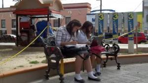 ESTUDIANTES_HACIENDO_TAREA_EN_PLAZA_1