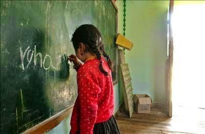 niña escribe en pizarra
