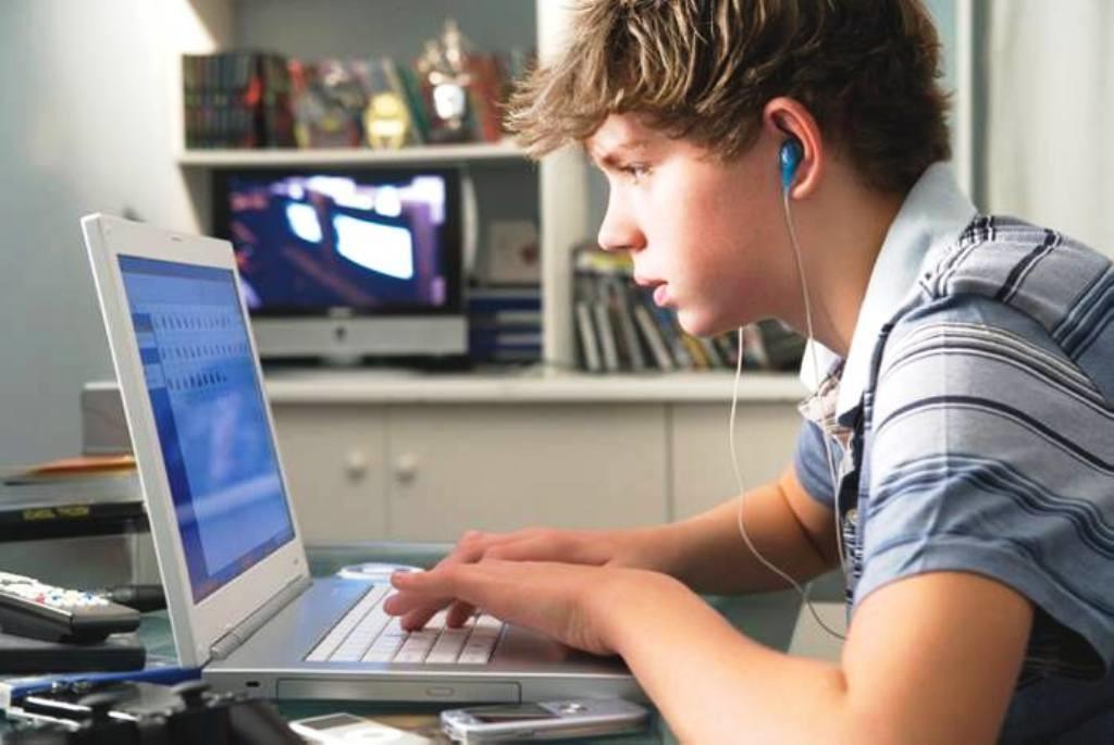 Joven-frente-al-computador-1024x685